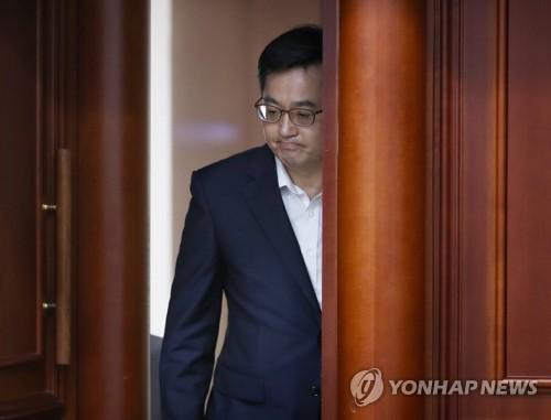 굳은 표정의 김동연 경제부총리