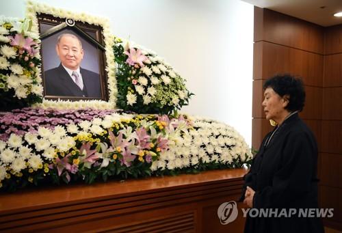 고 김인태 영정 앞 백수련
