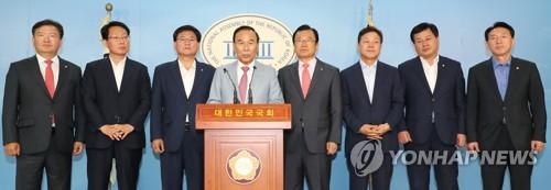 항의 기자회견하는 자유한국당 국토위원들