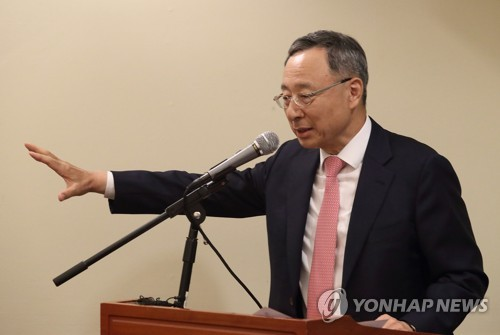 Hwang Chang-gyu, CEO of South Korean telecom giant KT Corp., unveils company's plans on virtual reality service and autonomous diving in a meeting with reporters in Los Angeles, where the Mobile World Congress Americas is under way. This photo was provided by KT. (Yonhap)