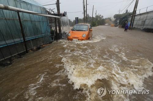 폭우에 잠긴 도로