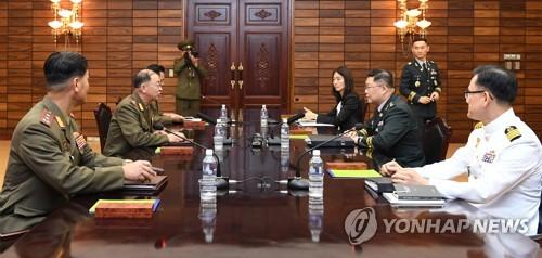 南北は13日、板門店の北朝鮮側施設「統一閣」で軍事実務会談を開いた。協議を行う南北の代表団(国防部提供)=(聯合ニュース)