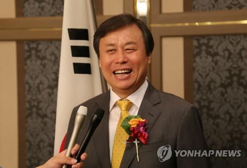 Le ministre de la Culture, du Sport et du Tourisme Do Jong-hwan répond à des questions de journalistes le jeudi 13 septembre 2018 après la réunion tripartite avec son homologue japonais Yoshimasa Hayashi et le directeur adjoint de l'Administration générale d'Etat pour le sport de la Chine Gao Zhidan, à l'hôtel New Otani à Tokyo.