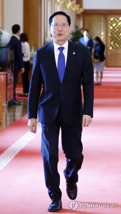 남북정상회담 원로자문단 오찬 참석하는 송영무 국방부 장관