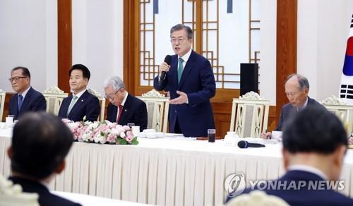 Le président Moon Jae-in prend la parole le jeudi 13 septembre 2018 à Cheong Wa Dae, lors d'une rencontre avec un groupe de hauts conseillers du sommet intercoréen, à l'approche de sa troisième rencontre avec le dirigeant nord-coréen Kim Jong-un.
