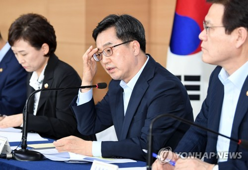 Finance Minister Kim Dong-yeon (C) announces a set of new measures, including further raising real estate taxes, to cool down overheating housing prices in Seoul on Sept. 13, 2018. (Yonhap)