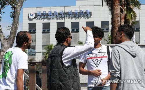 Des demandeurs d'asile yéménites discutent le vendredi 14 septembre 2018 devant le bureau de l'immigration de l'île de Jeju.