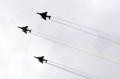 編隊を組んで飛行する空軍機