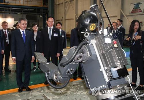 위험한 전장 투입되는 무인 로봇 살펴보는 문 대통령