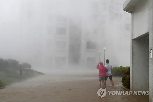 초강력 태풍 '망쿳' 홍콩 상륙…10만 명 관광객 발 묶여
