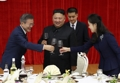 Moon, Kim toast at official dinner