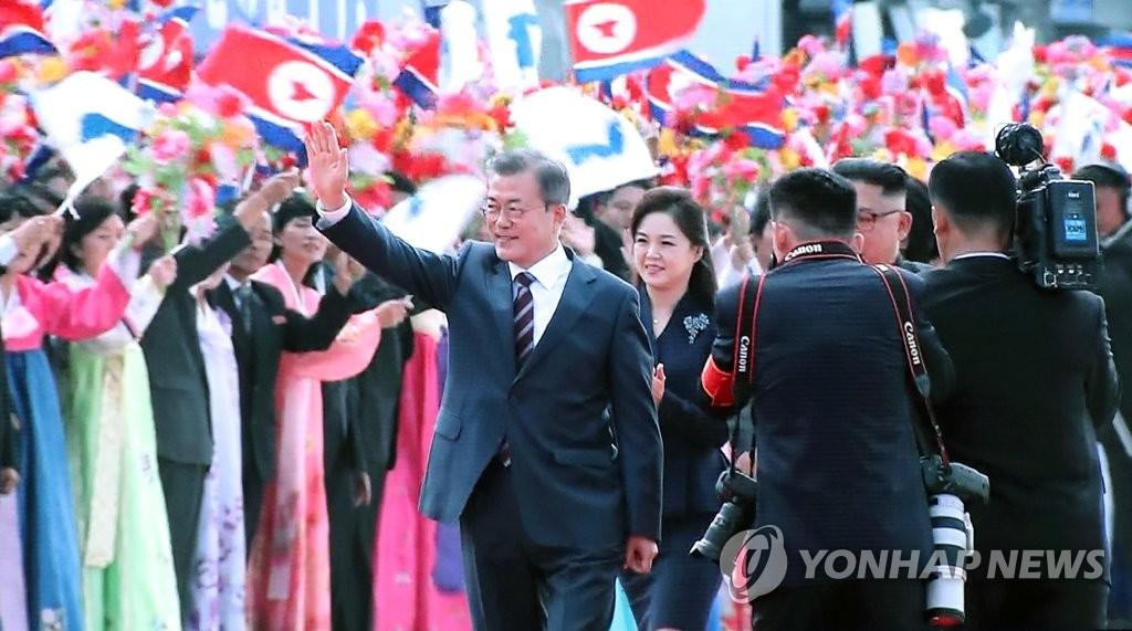 [평양정상회담] 환영인파에 답례하는 문 대통령
