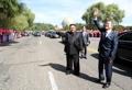 北朝鮮住民に手を振る南北首脳
