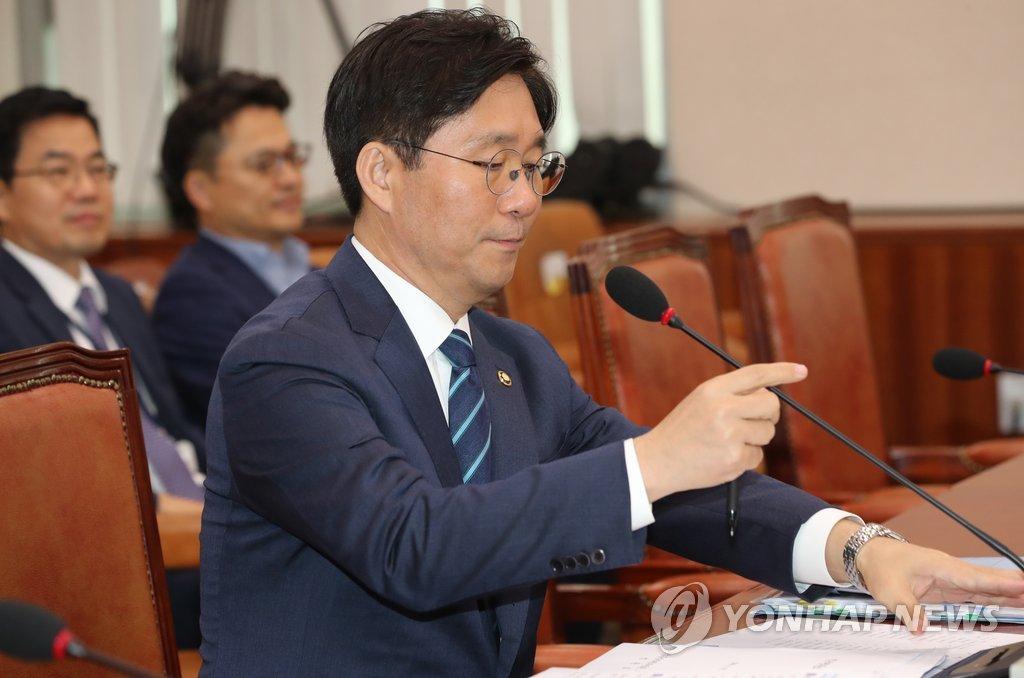 인사청문회 참석한 성윤모 후보자