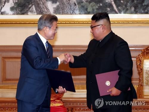 Le président Moon Jae-in et le dirigeant nord-coréen Kim Jong-un se serrent la main le 19 septembre 2018 à Pyongyang après leur sommet.