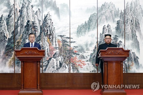South Korean President Moon Jae-in (L) and North Korean leader Kim Jong-un hold a joint press conference in Pyongyang on Sept. 19, 2018 to announce the outcome of their third bilateral summit held in the North Korean capital from the previous day. (Yonhap)