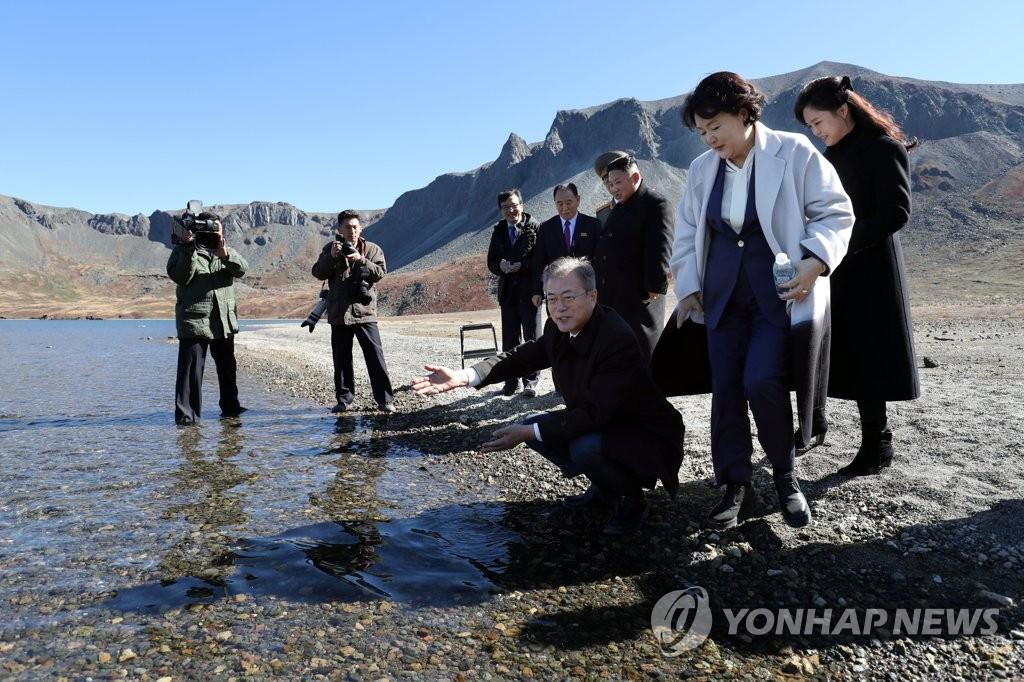 [평양정상회담] 백두산 천지 앞 남북 정상 내외