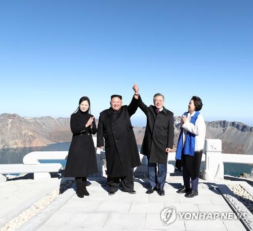 """资料图片:9月20日上午,在白头山主峰""""将军峰"""",韩国总统文在寅(右二)与朝鲜国务委员会委员长金正恩(左二)一同登顶后合影留念。(韩联社)"""