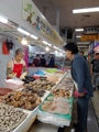 韩第一夫人逛市场买海鲜