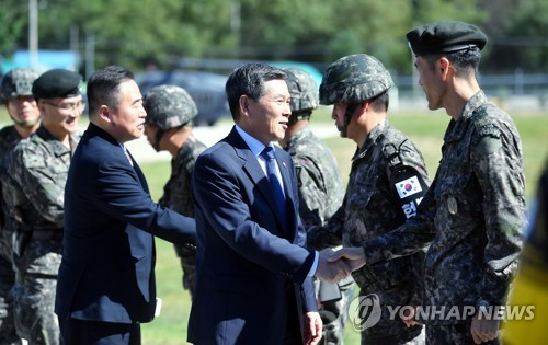 This photo provided by the Defense Ministry shows new Defense Minister Jeong Kyeong-doo shaking hands with South Korean soldiers in the Joint Security Area on Sept. 24, 2018. (Yonhap)