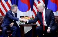 문재인 대통령과 도널드 트럼프 미국 대통령은 24일(현지시간) 김정은 북한 국무위원장이 평양 남북정상회담에서 완전한 비핵화 의지를 재확인한 것을 높이 평가하고 이를 토대로 2차 북미정상회담과 종전선언 일정을 심도 있게 논의했다. 두 정상은 대북제재를 유지하기로 하면서도 북한에 비핵화 시 맞을 청사진을 보여주며 완전한 비핵화 견인 방안을 지속해서 모색하기로 했다.