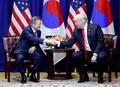 韩美领导人握手