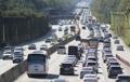 連休も終盤 渋滞する高速道路