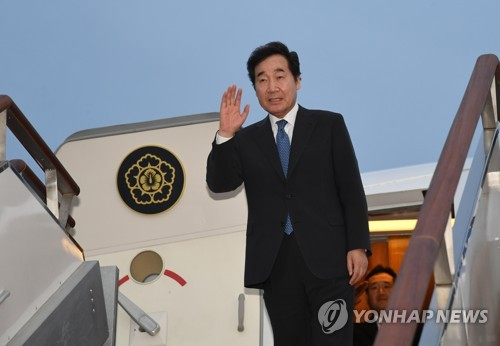 South Korean Prime Minister Lee Nak-yon departs for Hanoi from Seoul Air Base in Seongnam, just south of Seoul, on Sept. 25, 2018, to attend the state funeral for a late Vietnamese leader. (Yonhap)