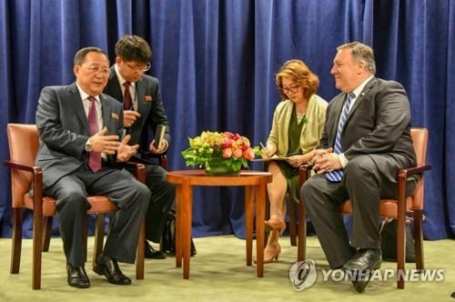 当地时间9月26日,在纽约,李容浩(左一)与蓬佩奥(右一)举行会谈。(韩联社/美国务卿推特)