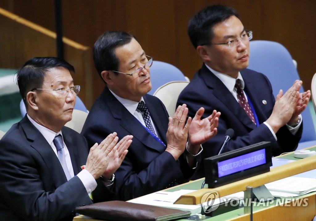 문 대통령 기조연설에 박수보내는 북한 대표부