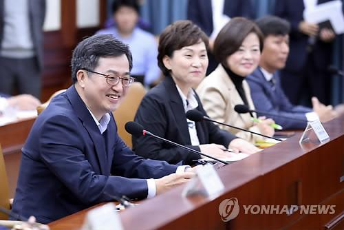 Le ministre de l'Economie et des Finances Kim Dong-yeon dirige le jeudi 27 septembre 2018 une réunion des ministres liés à la croissance innovante.