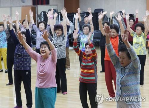 资料图片:9月27日,在京畿道水原市的一家老人福利中心,老年人一起做健身操。(韩联社)