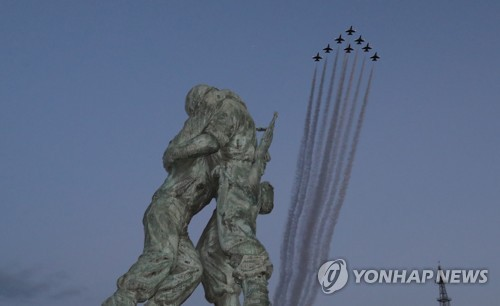 Air Force personnel carry out a nighttime flyby during a ceremony marking the 70th Armed Forces Day at the War Memorial of Korea in Seoul on Oct. 1, 2018. (Yonhap)