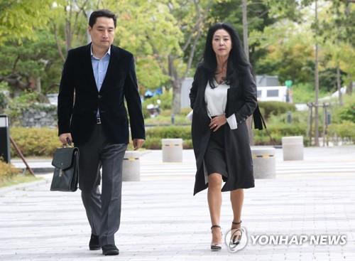 법원 들어서는 김부선과 강용석