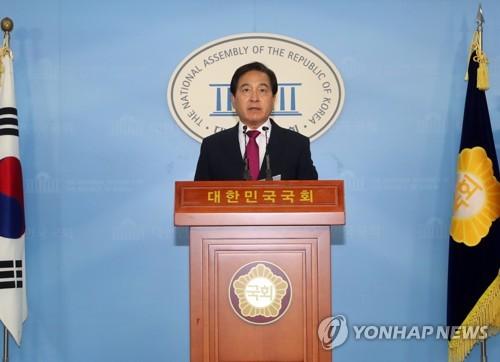 기자회견 하는 심재철 의원