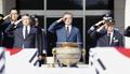 文大統領 朝鮮戦争戦死者に敬礼