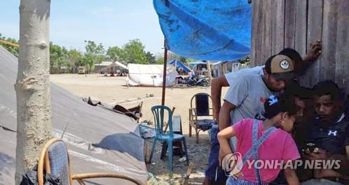 외부소식 살피는 지진 쓰나미 피해 주민들