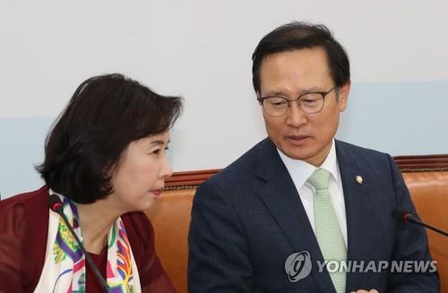 박경미 의원과 이야기하는 홍영표 원내대표