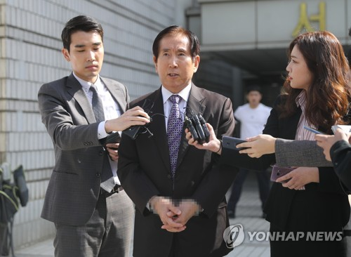 Former police chief Cho Hyun-oh, handcuffed, speaks to reporters in front of the Seoul Central District Court on Oct. 4, 2018, after being arraigned over an arrest warrant on charges of masterminding illegal cyber operations designed to benefit the then-Lee Myung-bak government. (Yonhap)