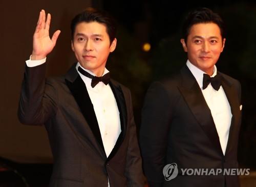 レッドカーペットに登場した俳優のヒョンビン(左)とチャン・ドンゴン(右)=4日、釜山(聯合ニュース)