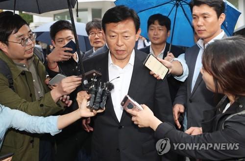 約8カ月ぶりにソウル拘置所から出た辛被告=5日、義王(聯合ニュース)
