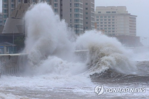 A high-rise wave crashes onto the southern resort island of Jeju on Oct. 6, 2018, due to Typhoon Kong-rey. (Yonhap)