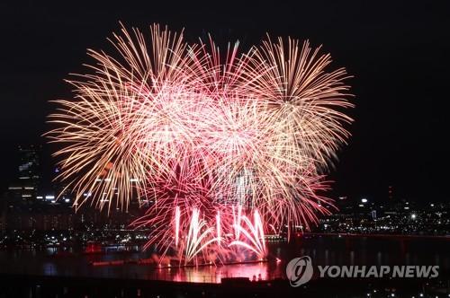 서울 가을 밤하늘 수놓은 화려한 불꽃쇼…100만명 탄성·환호
