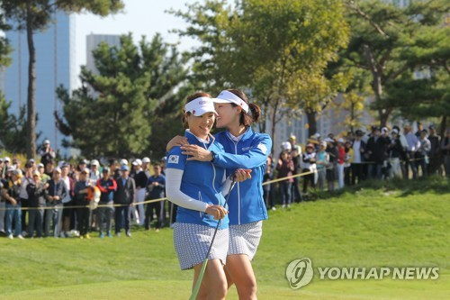 Ryu So-yeon (à g.) et Chun In-gee s'autocongratulent le 7 octobre 2018 à la 3e édition de la UL International Crown du circuit LPGA.