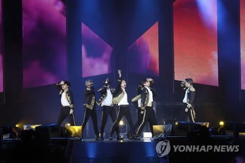 """En la imagen, proporcionada por Big Hit Entertainment, se muestra a BTS realizando una actuación, el 6 de octubre de 2018 (hora local), en el Citi Field de Nueva York, durante su gira """"Love Yourself""""."""