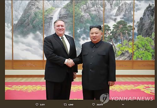 トランプ米大統領がツイッターに掲載した写真。ポンペオ国務長官(左)と金委員長が握手を交わしている(トランプ氏のツイッターから)=8日、ソウル(聯合ニュース)