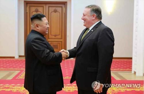 据朝鲜《劳动新闻》10月8日报道,朝鲜国务委员会委员长金正恩(左)前一天在平壤会见到访的美国国务卿蓬佩奥。图片仅限韩国国内使用,严禁转载复制。(韩联社/《劳动新闻》)