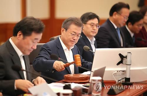 Le président Moon Jae-in annonce à l'aide d'un marteau le début d'une réunion du cabinet le lundi 8 octobre 2018, à Cheong Wa Dae.