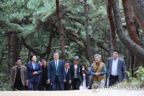 世宗大王陵へ続く道を歩く文在寅大統領(前列左から2人目)ら=9日、驪州(聯合ニュース)