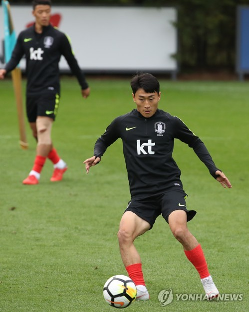 This file photo, taken Oct. 9, 2018, shows South Korean midfielder Lee Jin-hyun training at the National Football Center in Paju, north of Seoul. (Yonhap)